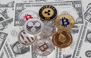 Фотографии Деньги Банкноты Монеты Доллары Биткоин XRP ETH LTC