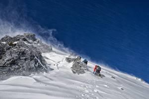 Картинка Альпинизм Утес Снегу Альпинисты спортивные