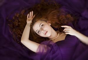 Фотография Ожерельем Рыжие Волос Смотрит Лежа Рука Красивая