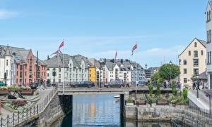 Обои Норвегия Мост Водный канал Флага Alesund город