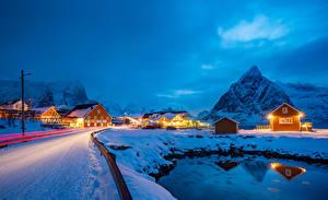 Фото Норвегия Лофотенские острова Зимние Здания Гора Дороги Снега Лучи света Sakrisoy город