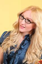 Картинки Rachelle Summers Блондинки Смотрит Очки Волосы