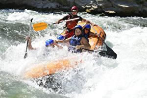 Фотография Рафтинг Лодки Речка С брызгами В шлеме спортивные