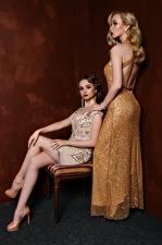 Фото Старинные Вдвоем Блондинка Платье Сидящие Ноги молодые женщины