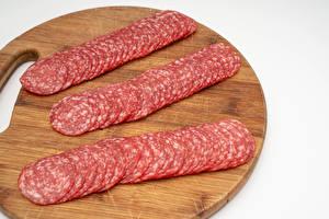 Фото Колбаса Разделочной доске Нарезанные продукты Продукты питания