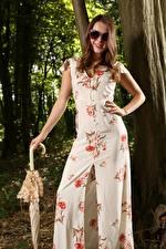 Фотографии Scarlot Rose Шатенки Очках Улыбка Рука Зонт Платья молодая женщина