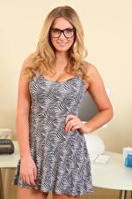 Обои Stacey Massey Блондинка Очки Улыбка Платья Рука девушка
