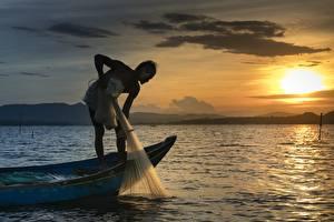 Фотография Рассвет и закат Лодки Азиатки Мужчина Ловля рыбы