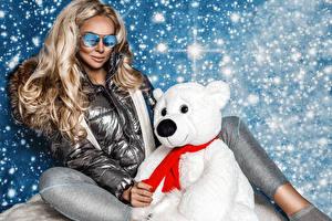 Картинки Мишки Снегу Блондинок Сидящие Очков Куртка девушка