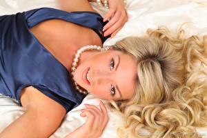 Фото Tillie Model Ожерельем Блондинки Волос Рука Лежа Смотрит девушка