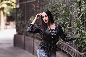 Картинки Боке Позирует Джинсов Куртке Рука Брюнетки Valentina девушка