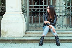 Картинки Сидящие Джинсов Рука Куртке Брюнетки Valentina девушка