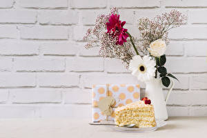 Картинки День всех влюблённых Гербера Роза Пирожное Стенка Вазе Ветвь Подарок Сердечко цветок Еда