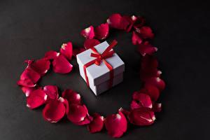 Картинки День всех влюблённых Сером фоне Подарок Лепестков Бордовая цветок