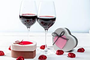 Картинка День всех влюблённых Вино Конфеты Бокалы Подарки Сердечко Еда