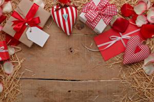 Картинки День всех влюблённых Доски Подарок Серце Письмо Соломе Бант Лепестки Шаблон поздравительной открытки