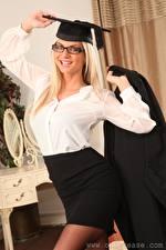 Фото Vendula Bednarova Блондинки Шляпы Смотрит Очков Улыбается девушка