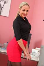 Фотографии Vendula Bednarova Секретарши Блондинки Улыбается Юбки молодая женщина