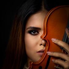 Картинки Скрипка На черном фоне Смотрит Шатенки Лица Мейкап девушка