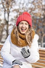 Обои Зимние Сидящие Шапка Куртке Перчатках Смеется Шарфе девушка