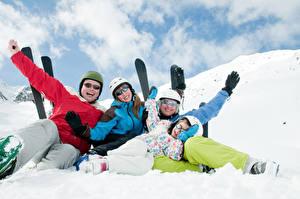 Картинка Зимние Лыжный спорт Снег Семья Очки Счастливый спортивная