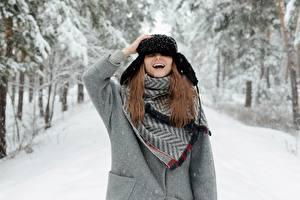 Картинки Зима Снег Шапки Шатенка Смеются девушка