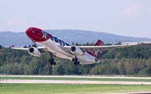 Картинки Эйрбас Самолеты Пассажирские Самолеты Взлетает A330