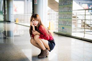 Фотографии Азиатки Размытый фон Поза Ноги Шатенки Милый Взгляд девушка