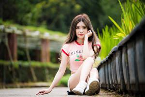Картинки Азиатки Боке Сидящие Волос Миленькие Смотрит Ног девушка