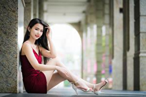 Картинка Азиатки Боке Сидящие Ног Платья Миленькие Брюнетки Смотрит девушка
