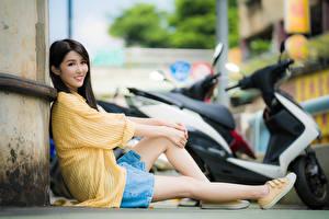 Картинки Азиатки Боке Сидящие Улыбается Смотрит Ног девушка