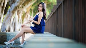 Фото Азиатки Брюнетки Сидящие Рука Ног Туфель девушка