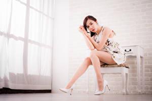 Фотография Азиаты Стул Сидит Ноги Туфли Платье Смотрят Шатенка молодые женщины