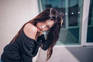 Картинка Азиатки Очков Волос Брюнетки Смотрит девушка