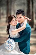 Фотографии Азиатки Мужчина Букет Любовники 2 Обнимает Смотрит Невесты Женихом девушка