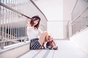 Фотографии Азиатки Сидящие Ноги Юбка Рубашка Шляпы Шатенка Взгляд молодая женщина