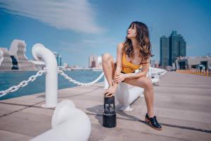 Картинки Азиатки Набережной Позирует Сидящие Шорт Майки Шатенки Ног девушка