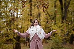 Фото Осенние Листва Пальто Счастье Позирует Рука Alina, Kirill Sokolov девушка