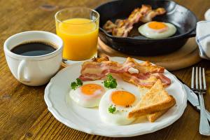 Фотография Бекон Кофе Яичница Завтрак Тарелке Чашке Пища