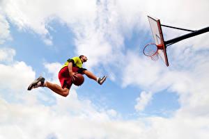 Фотографии Баскетбол Мужчина Мячик Прыгает Ног Вид снизу спортивные