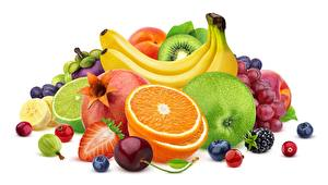Фотография Ягоды Фрукты Бананы Апельсин Яблоки Белом фоне Пища
