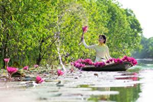 Фотография Лодки Водяные лилии Азиатки Брызги Сидит Брюнетка Работают девушка