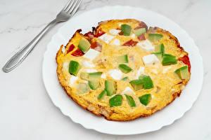 Обои для рабочего стола Сыры Авокадо Тарелке Вилки Omelet Пища