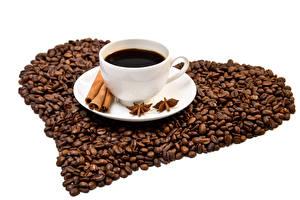 Фотография Кофе Корица Бадьян звезда аниса Белым фоном Зерна Чашка Сердечко Пища