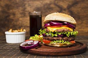 Обои Фастфуд Гамбургер Котлеты Овощи Разделочной доске Еда