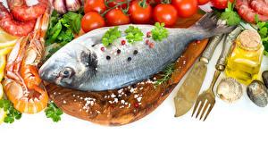 Фотографии Рыба Креветки Овощи Перец чёрный Ножик Белом фоне Разделочной доске Вилки Пища