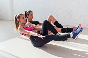 Картинки Фитнес Тренировка Два Униформа Шатенки Руки Ноги девушка