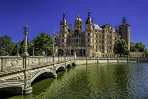 Обои Германия Замок Речка Мост Уличные фонари Дворца Schwerin Palace город