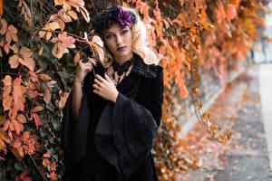 Картинки Готические Ветвь Листва Рука Блондинки Смотрит Платья Deborah девушка