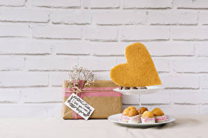 Картинки Праздники Конфеты Пирожное Стенка Подарок Сердечко Ветвь Пища